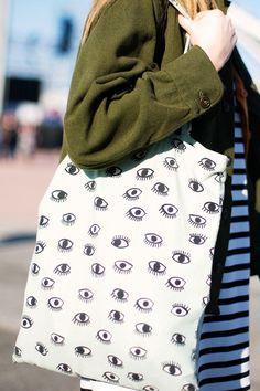 bolso con ojos, moda mística