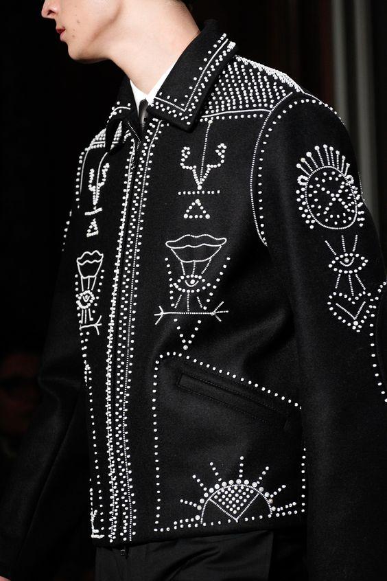 Camisa con tachuelas y símbolos místicos